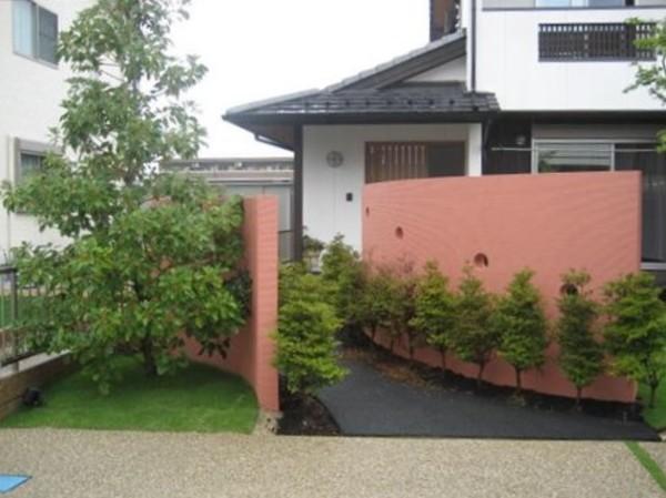 朱色塀の家のサムネイル