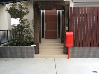 赤いポストの家